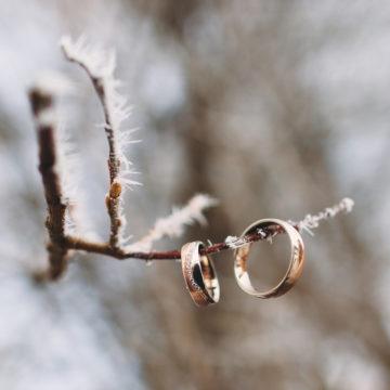 Zimowy ślub – dekoracje, papeteria idodatki naślub zimą